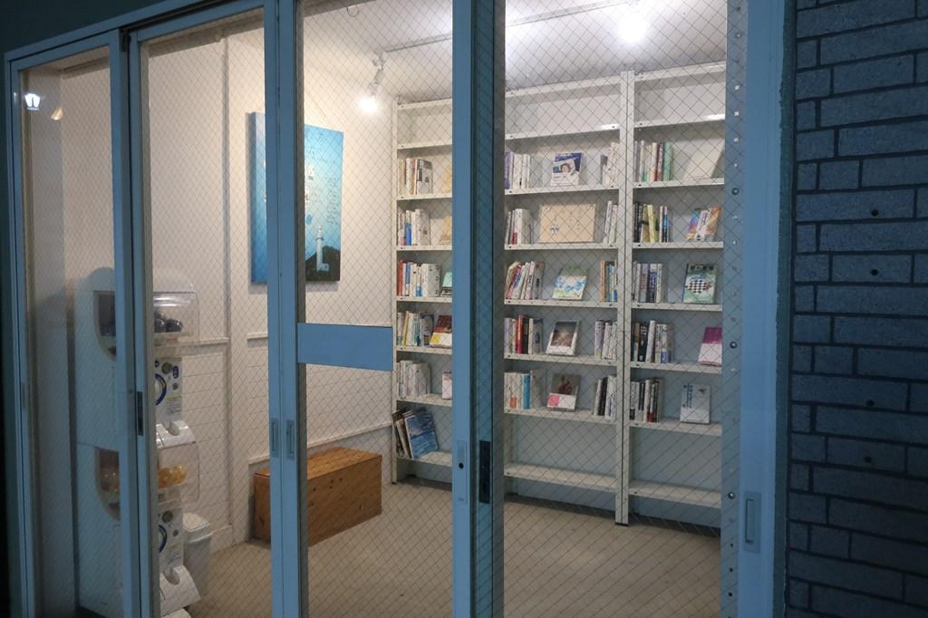三鷹駅北口 無人古本屋 BOOK ROAD