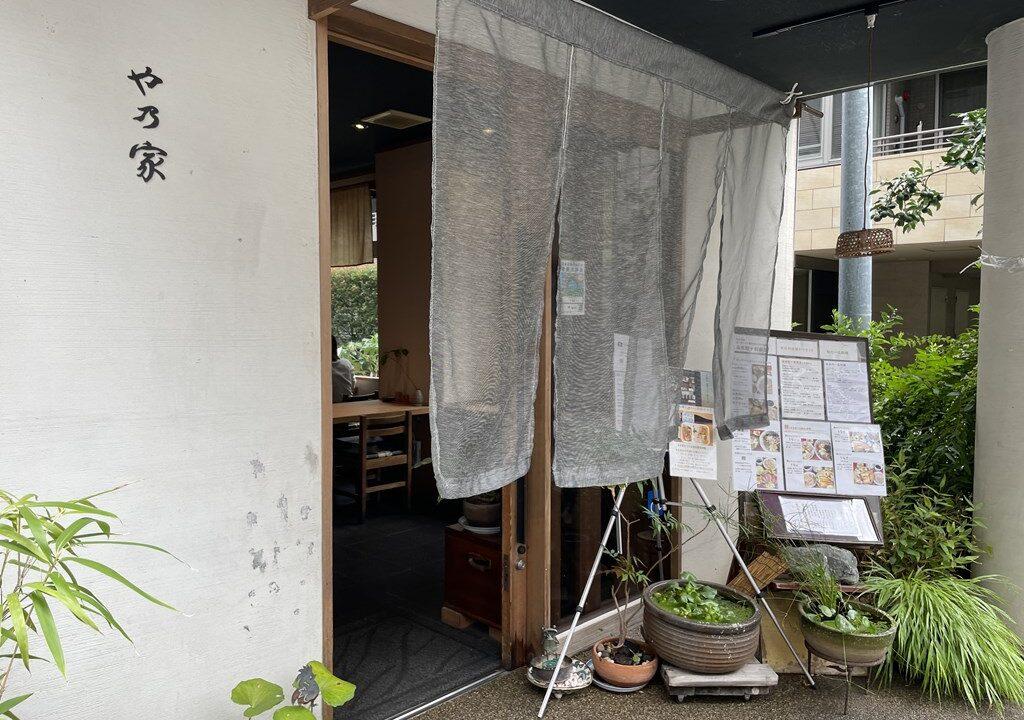 三鷹駅南口にある蕎麦店「や乃家(やのや) 」 お店の場所やランチメニュー、私の食べた蕎麦の感想を紹介しています。 モダンで落ち着いた店内で十割蕎麦がいただけます。。