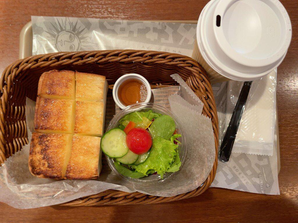 吉祥寺アトレ東館1階にあるパン屋さん「ドンク(DONQ)」 イートインスペースのモーニングメニューやドリンクメニュー、私の食べた厚切りトーストモーニングの感想を紹介しています。